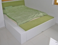 Masivna postelja s predalom
