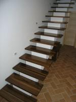 Stopnice oreh moderne
