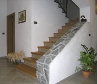 Stopnice iz lesa stopniscna ograja kovinska